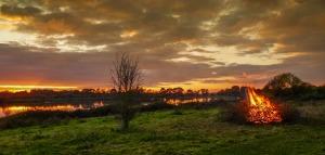 Roaring fire by sunset (Chris Bean)